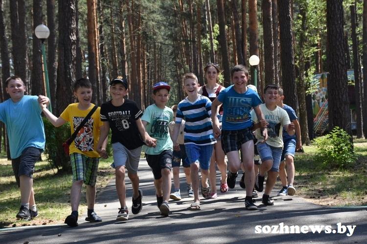 Лето с патриотическим настроением: в оздоровительном лагере «Сказочная поляна» стартовала первая смена